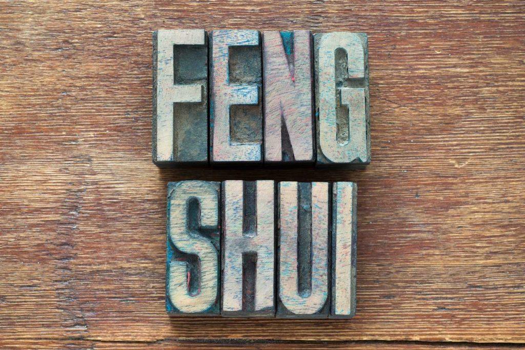 Schriftzug Feng Shui auf Holz