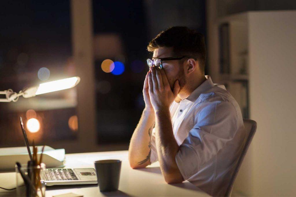 müder Mann am Schreibtisch