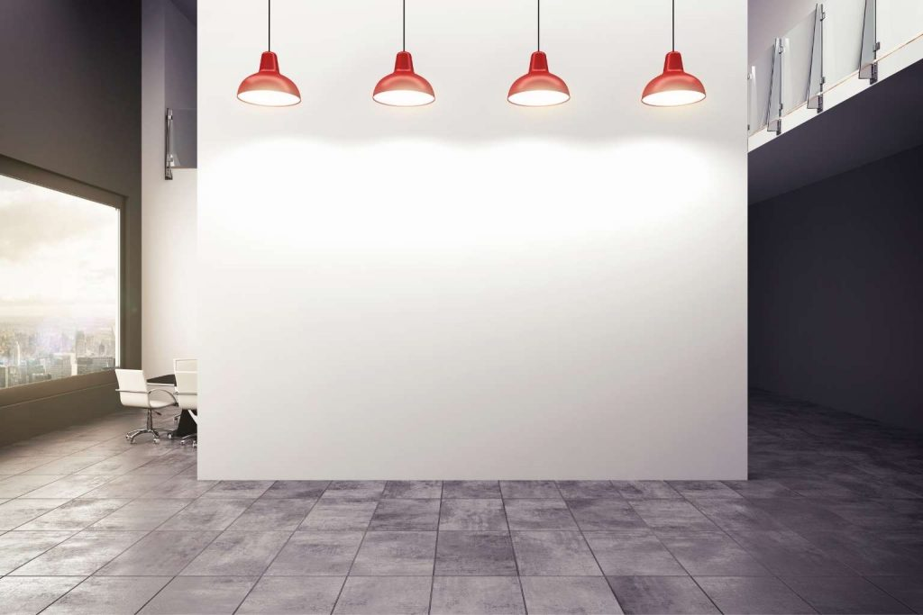 ein gut ausgeleuchteter Büroraum