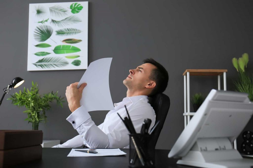 Mann im warmen Büro