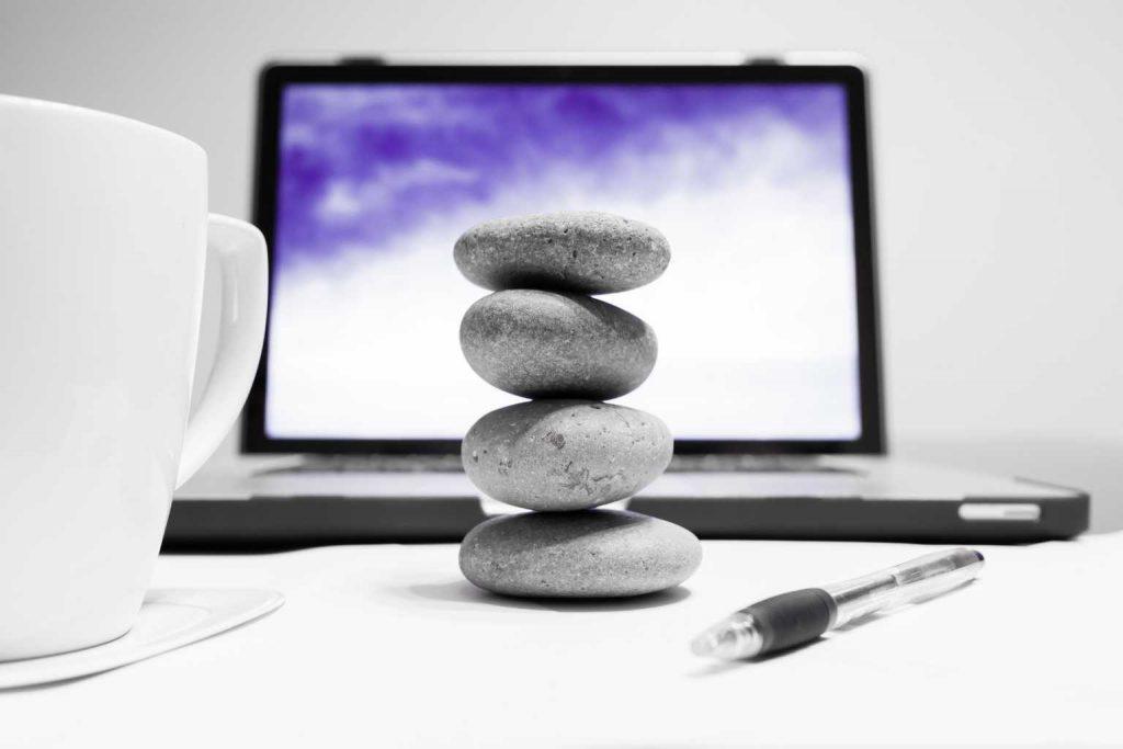Steine gestapelt auf Schreibtisch