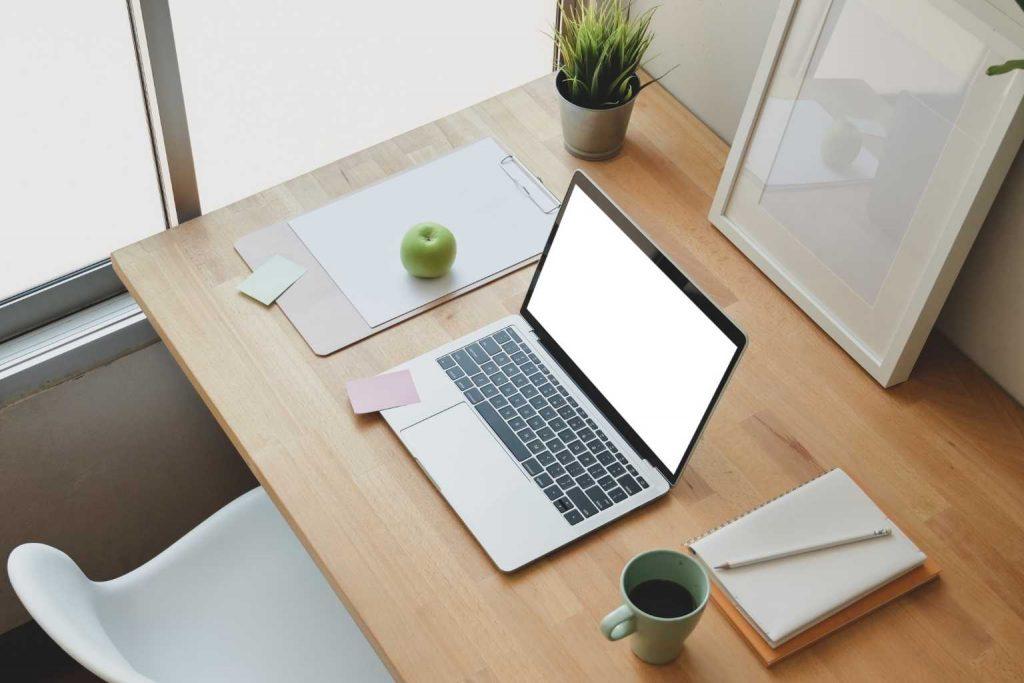 aufgeräumter Schreibtisch von oben